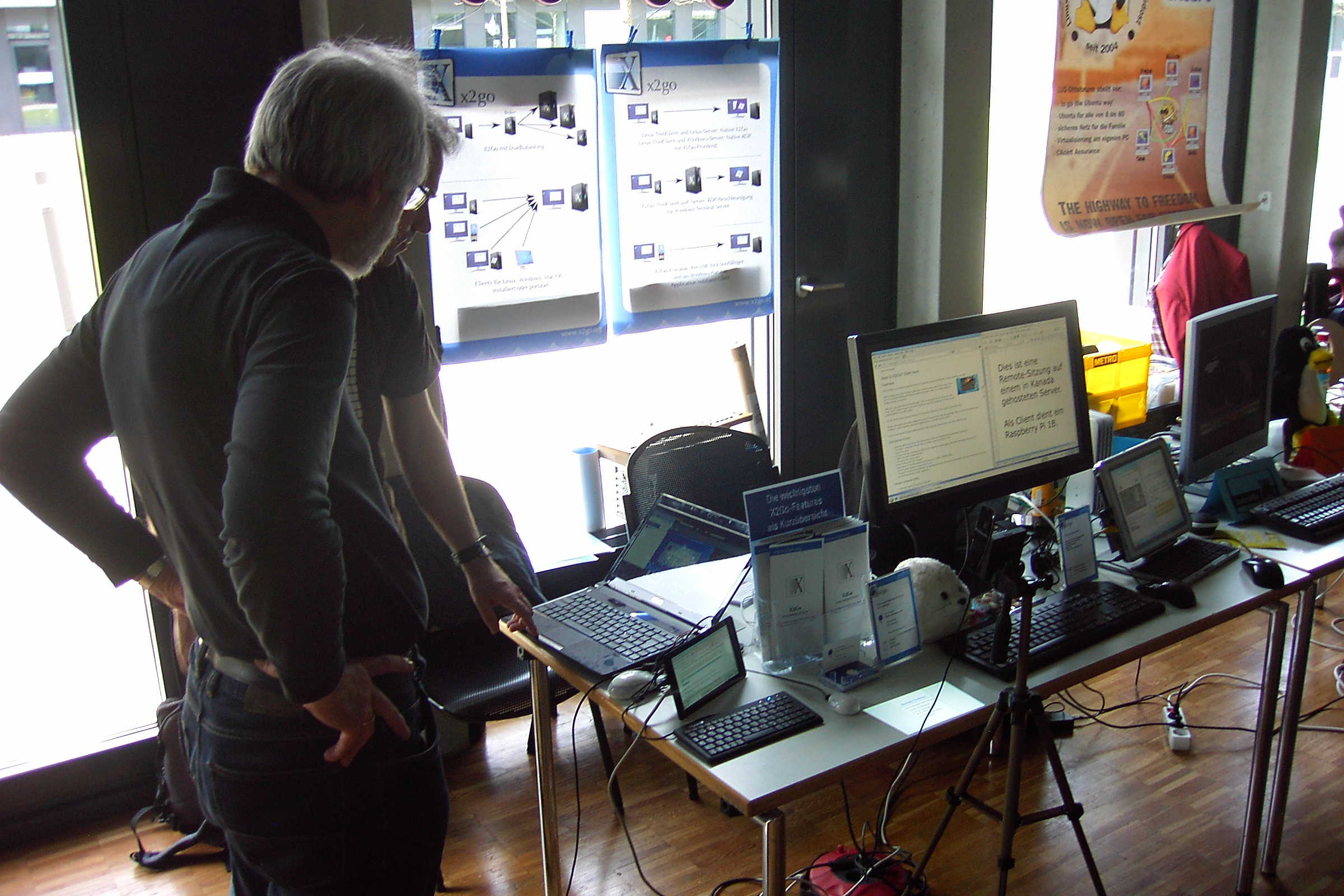 Heinz giving a quick demo on his laptop to another visitor
